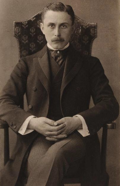 © Otto Mayer, Public domain <a href='https://commons.wikimedia.org/wiki/File:Adolfloos.2.jpg'>via Wikimedia Commons</a>