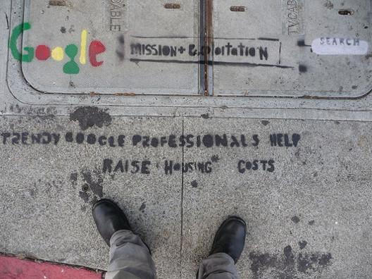 Grafite em San Francisco demonstrando as tensões entre os trabalhadores do Vale do Silício e outros habitantes. Imagem via Affordable Housing Institute