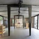 El interior de la casa de Jean Prouvé, incluyendo la obra de arte de Kolkoz y Zak Kitnick. Imagen © Forward-Anh Phi