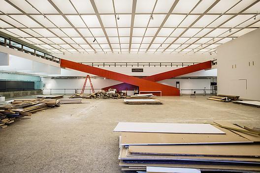 MASP remove paredes falsas e convida o público a ver o restauro de suas galerias, Fonte da Imagem: Folha de São Paulo
