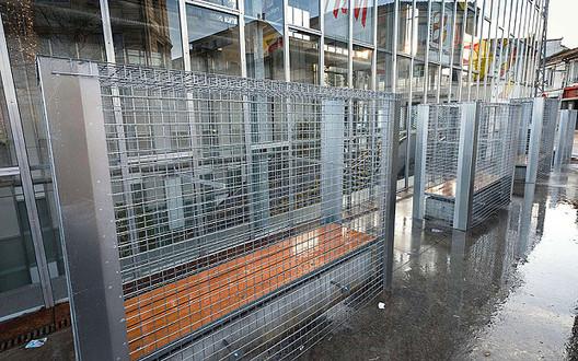 Cidade francesa instala grades contra moradores de rua em volta de bancos, Bancos cercados por grades em Angouleme . Image Cortesia de Telegraph