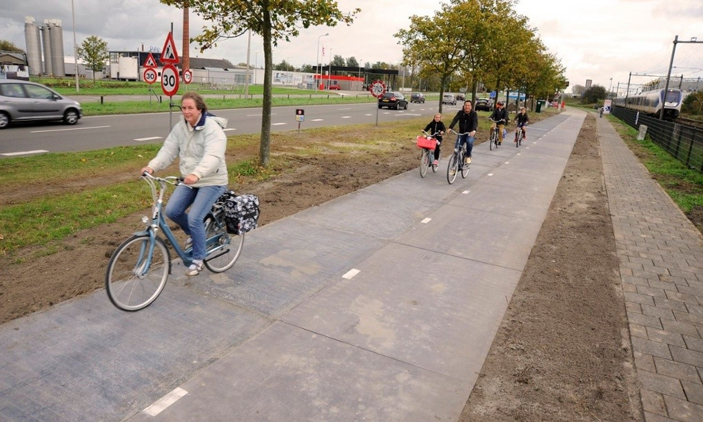 World's First Solar Bicycle Lane Opens in Amsterdam, SolaRoad in Krommenie. Image © SolaRoad