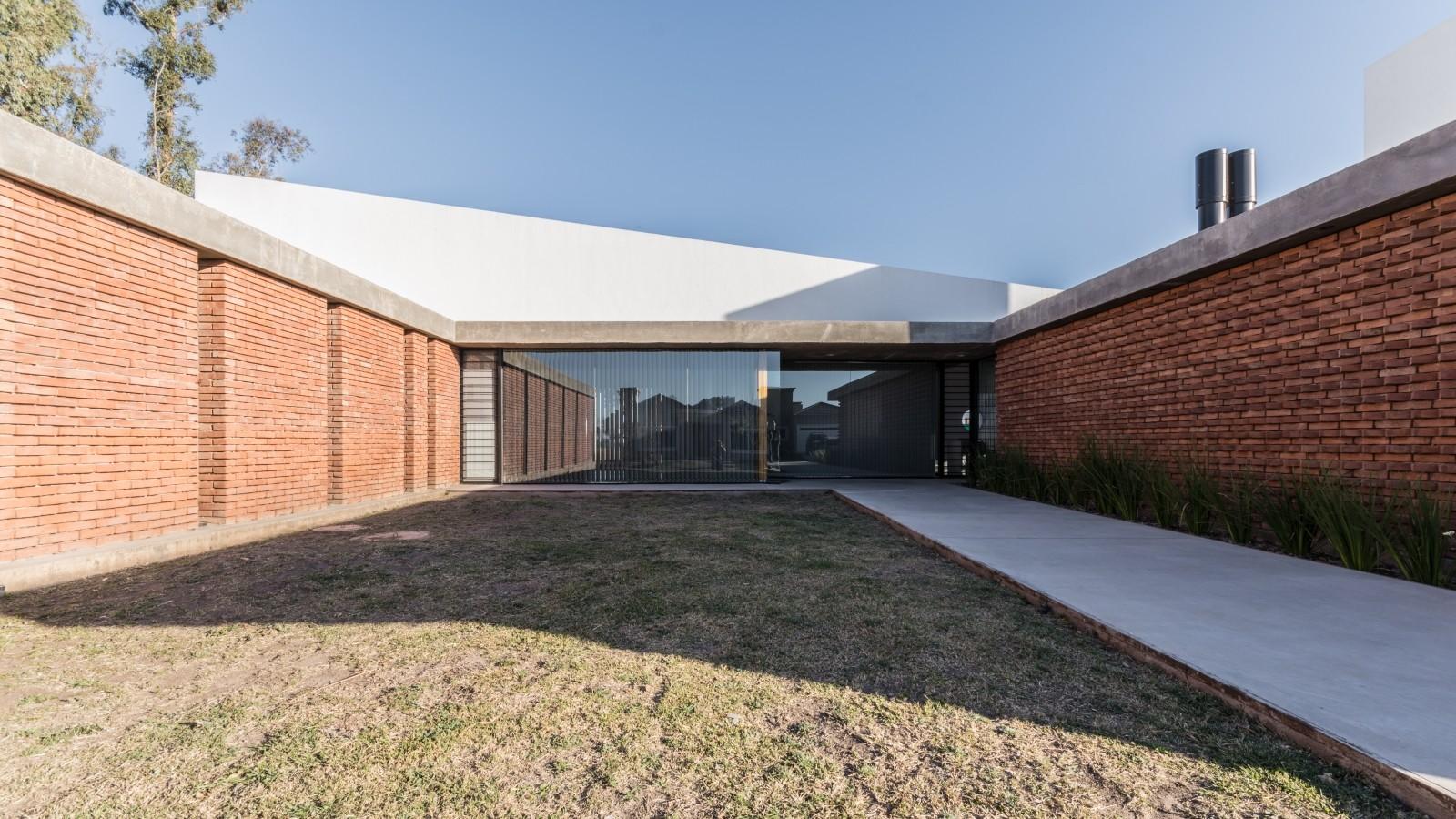 """Casa """"U"""" / Eleonora Aquilante, Ariel Busch Arquitectos, © Gonzalo Viramonte"""