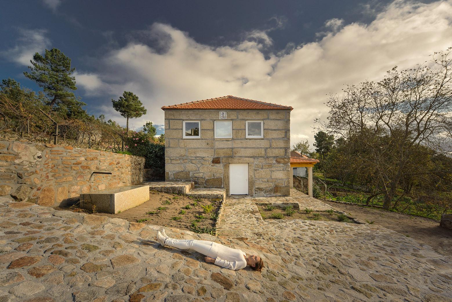 Estructura de Madera dentro de Muros de Piedra / Corpo Atelier