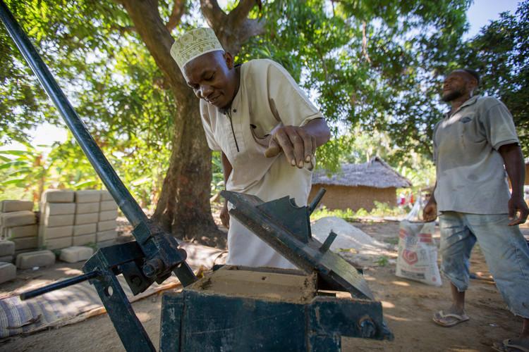 Cómo simples bloques de tierra pueden revolucionar la construcción en la isla africana de Pemba, Fabricante local de bloques, Ali Cedric, haciendo bloques para la venta en Pujini, isla de Pemba. Imágen © Craig Norris
