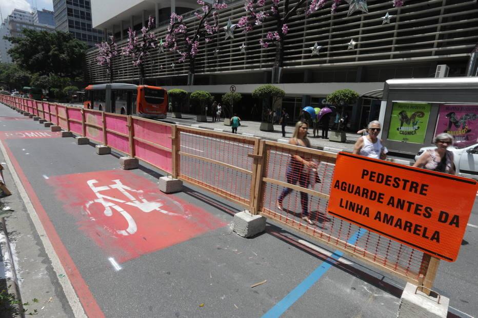Início das obras da ciclovia na Avenida Paulista, Tapumes para início das obras foram colocados na noite do domingo. Fonte da imagem: Estadão