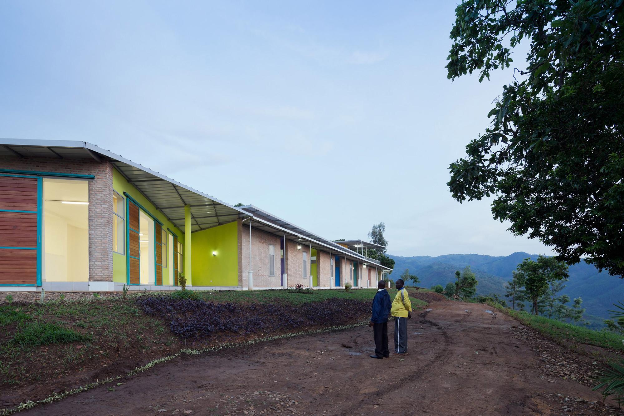 Viviendas del personal de obras sanitarias de la aldea / Louise Braverman, © Iwan Baan