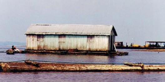 Casa flutuante no Rio Negro-AM, 1999. Image © Keyce Jhones