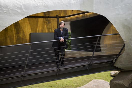 """Smiljan Radić abre ciclo de conferências """"Distância Crítica"""" no Centro Cultural de Belém, Smiljan Radić em seu projeto para o Serpentine Gallery do ano passado. Fonte: Rob Stothard/Getty Images Europe, via Zimbio"""