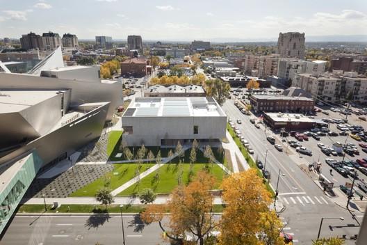 O Still Museum da Allied Works é um edifício mais tranqüilo e eficaz do que o seu vizinho, Denver Art Museum de Daniel Libeskind. Imagem © Jeremy Bittermann
