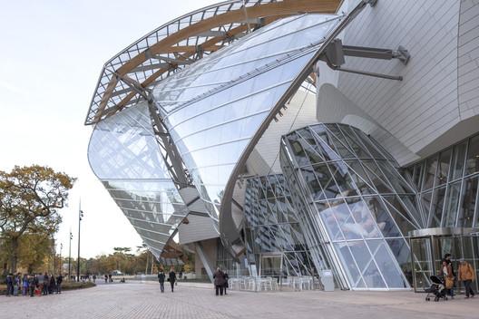 """Frank Gehry defendendo as acusações de que seu prédio Fondation Louis Vuitton em Paris era uma arquitetura """"vistosa""""mostrando o dedo do meio ao repórter. Imagem © Danica O. Kus"""