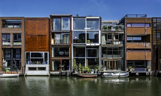 O desenvolvimento Borneo Sporenburg em Amsterdam demonstra uma paisagem urbana de diversas fachadas modernas e integradas. Imagem © Flickr CC user Fred (bigiof)