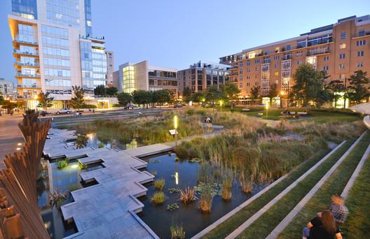 Em Pearl District de Portland, edifícios modernos e parques convivem alegremente com variantes semi-tradicionais ou históricos. Imagem via landarchs.com