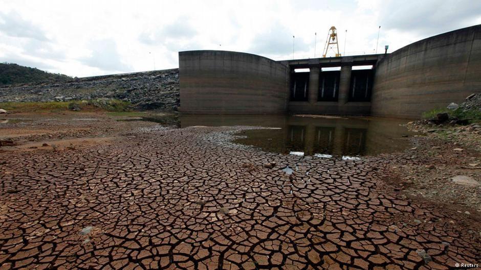 """AsBEA promove o workshop """"Água: A complexidade do panorama atual"""", Barragem do rio Jaguari, em Bragança Paulista, em fevereiro de 2014. Image Cortesia de Reuters, via Deutsche Welle"""