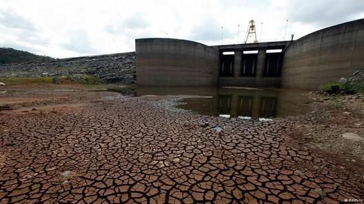 Barragem do rio Jaguari, em Bragança Paulista, em fevereiro de 2014. Image Cortesia de Reuters, via Deutsche Welle