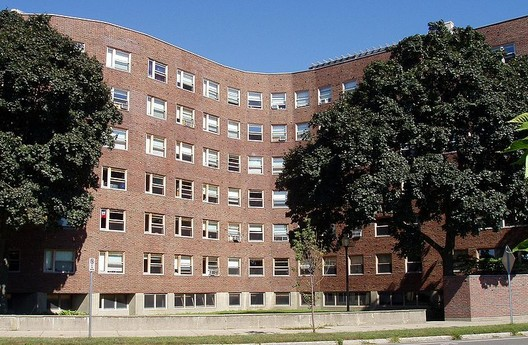 MIT Baker House Dormitory. Image © <a href='https://en.wikipedia.org/wiki/File:Baker_House,_MIT,_Cambridge,_Massachusetts.JPG'>Wikimedia user Daderot</a> licensed under <a href='https://creativecommons.org/licenses/by-sa/3.0/deed.en'>CC BY-SA 3.0</a>
