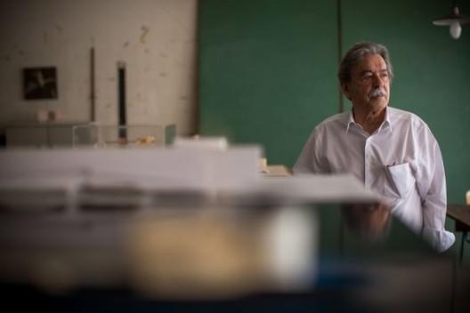 Paulo Mendes da Rocha, en su oficina en el centro de São Paulo. Imagen © Victor Moriyama