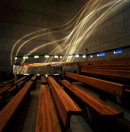 """Vistas hacia el sur mirando a las ondas elásticas de luz """"hacia arriba"""". Iglesia de Saint-Pierre, Francia. Imagen © Henry Plummer 2011"""