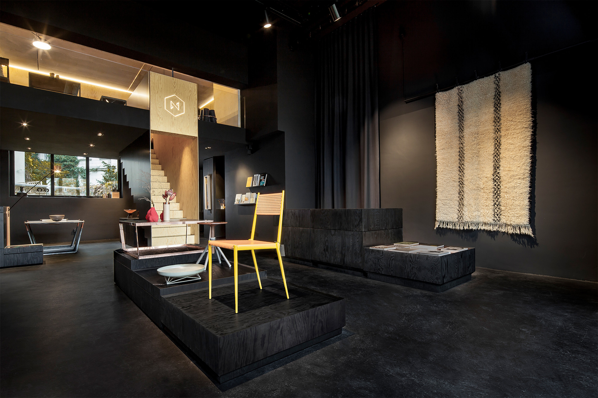 Bazar noir hidden fortress archdaily for All black room design
