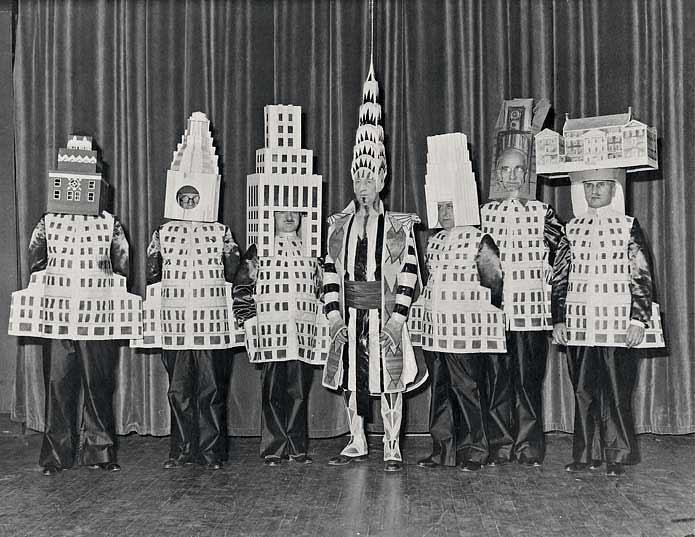 Fantasias de carnaval para arquitetos, Arquitetos fantasiados de edifícios no Baile Beaux Arts em Nova Iorque, 1931. Fonte da imagem: sprks.com