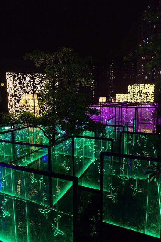 MAZE: um labirinto de luz nos céus de Hong Kong projetado por Brut Deluxe, © Rocío Romero / Imagen Subliminal