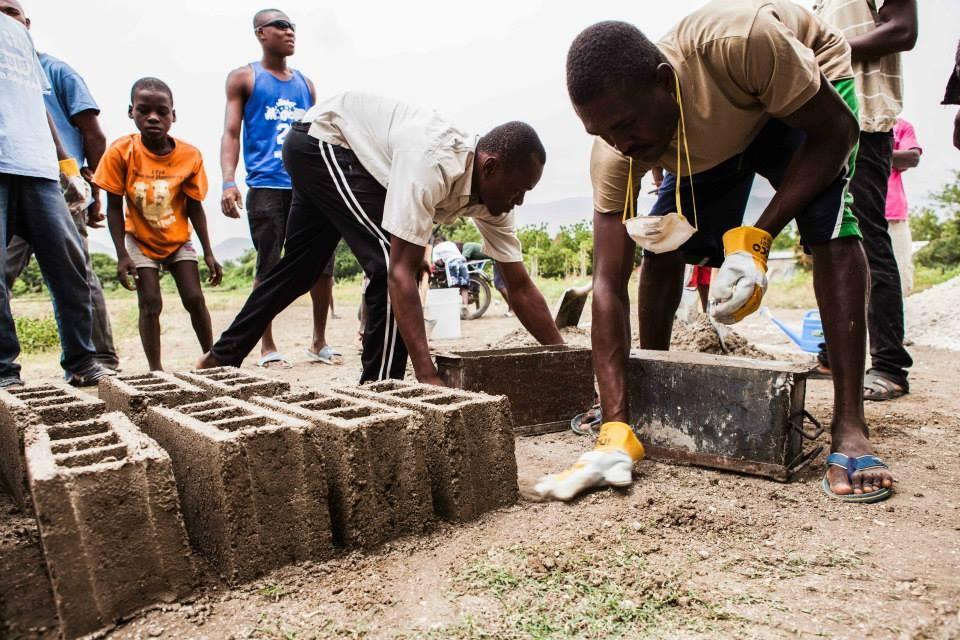 """Reconstrução de moradias sobre suas próprias ruínas: """"Reclaiming Heritage"""" no Haiti, Cortesia de Reclaiming Heritage"""