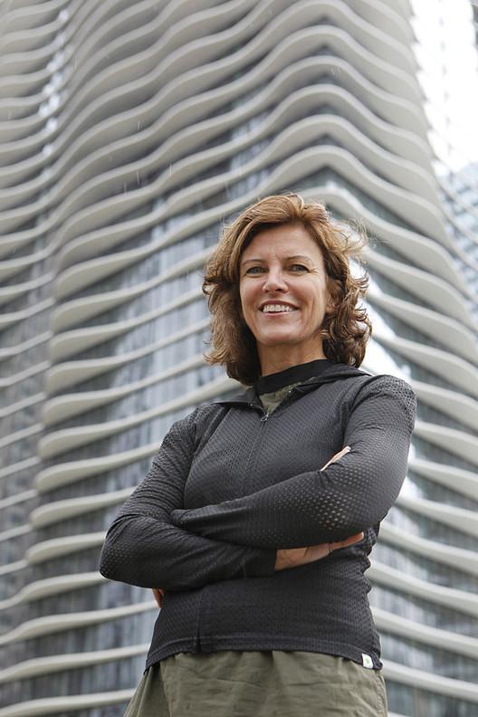 Jeanne Gang em frente ao seu projeto Acqua Tower. Imagem Cortesia da Fundação John D. e Catherine T. MacArthur