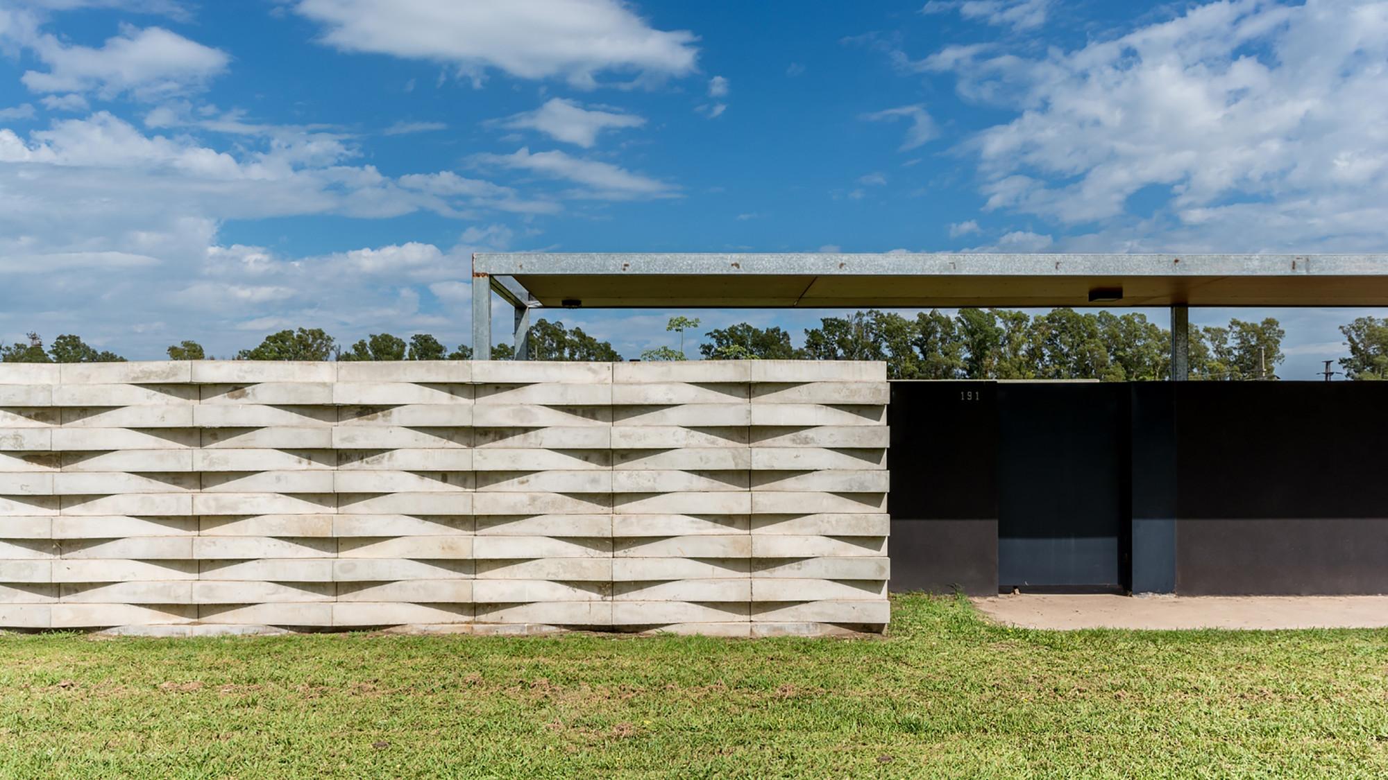 Suburban Dwelling / Roberto Benito, © Gonzalo Viramonte
