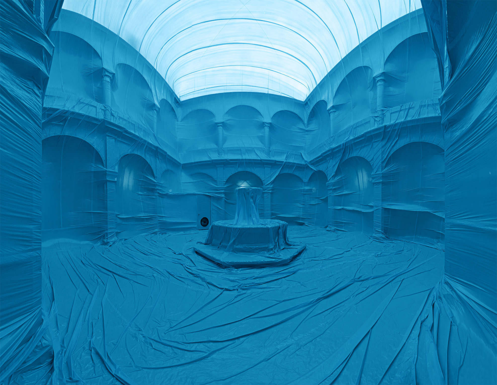 Intervención Urbana: estructuras inflables que se apropian de la arquitectura por Penique productions, El Claustro. Image Cortesia de Peniques productions