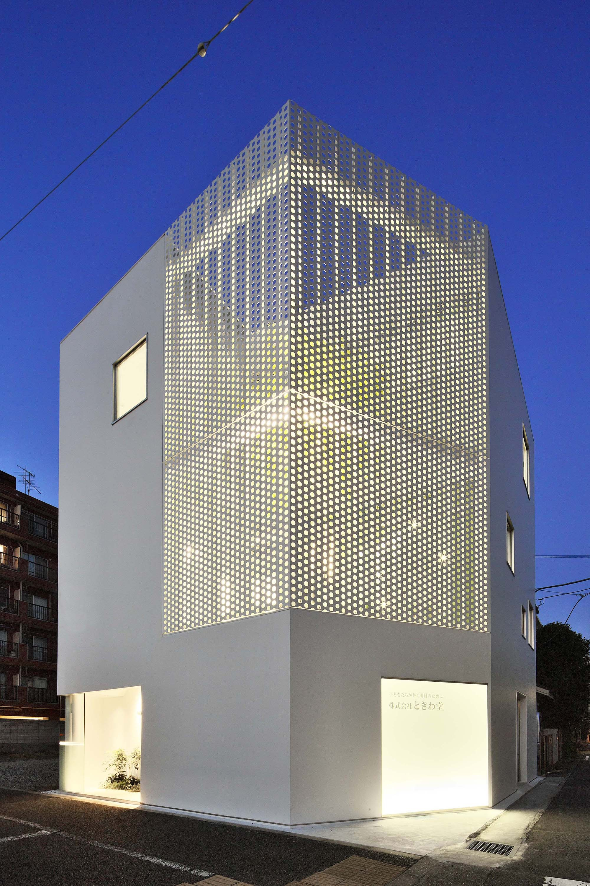 Company building in kanagawa hmaa archdaily for Pierre facade exterieur