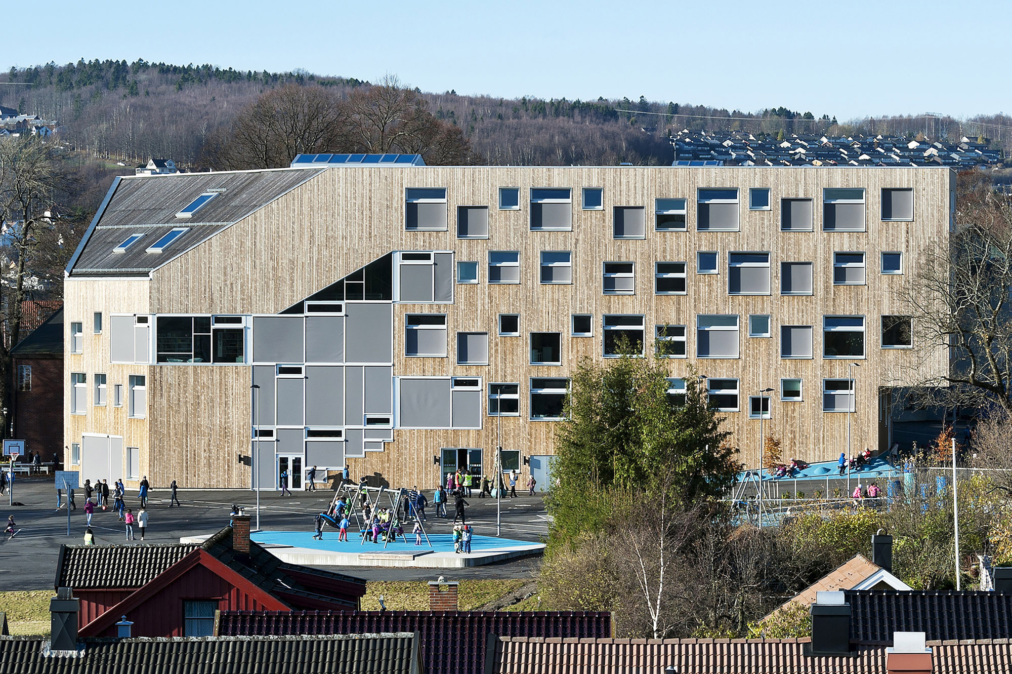 Mesterfjellet 1-10 School and Family Centre  / CEBRA, © Mikkel Frost