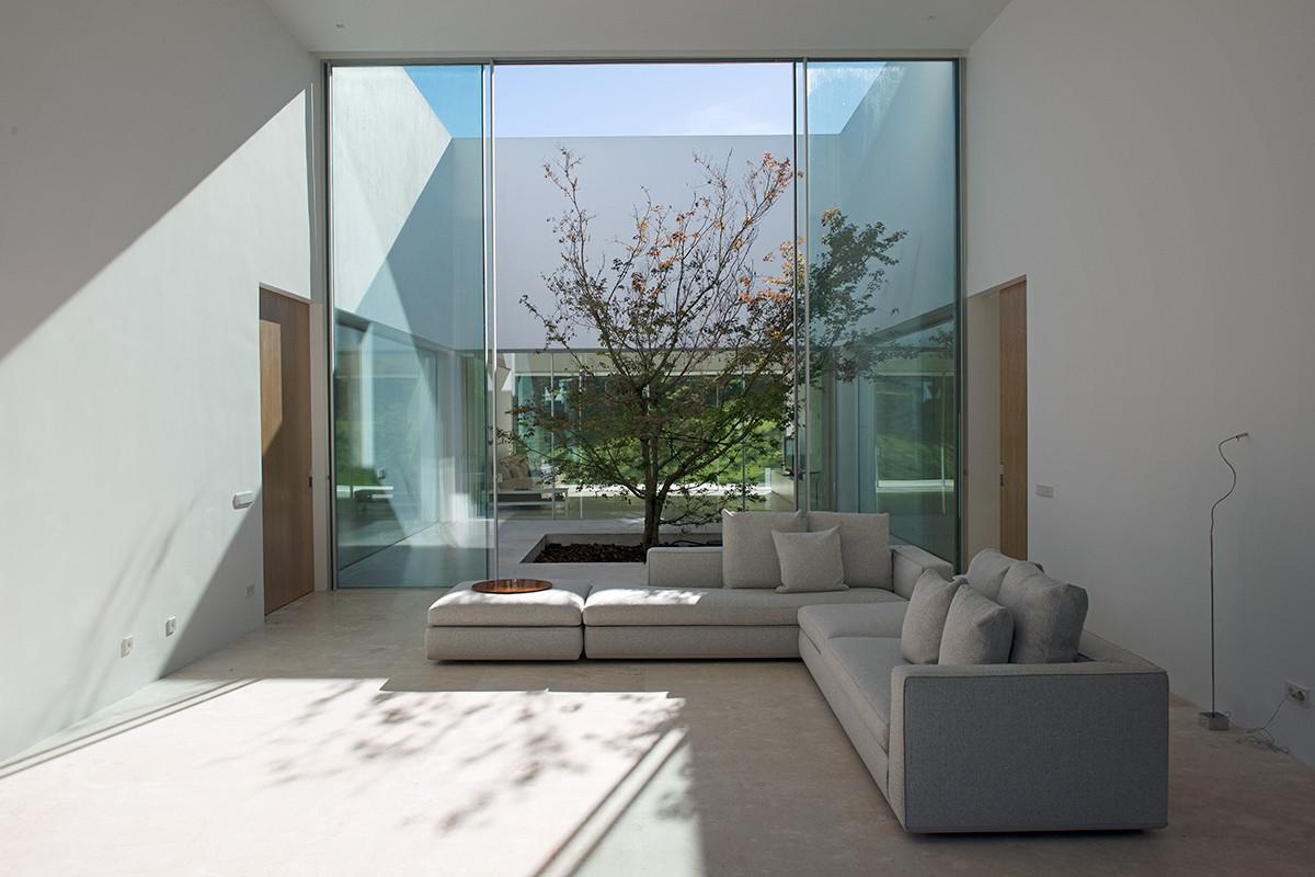 La moraleja house otto medem de la torriente archdaily for Casas minimalistas con jardin
