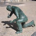 Estátua de homenagem aos calceteiros, em Lisboa. Via Wikipédia
