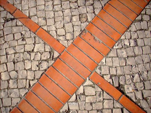 Conjugação de calçada com outro tipo de pavimento. © Flickr Teo Dias