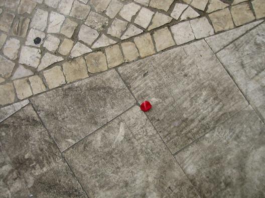 Conjugação de calçada com outro tipo de pavimento. © Flickr *L