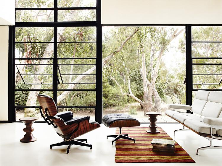 Mobiliário de autor: agregando valor ao projeto original, A clássica cadeira Lounge na Casa Eames. Imagem via Herman Miller