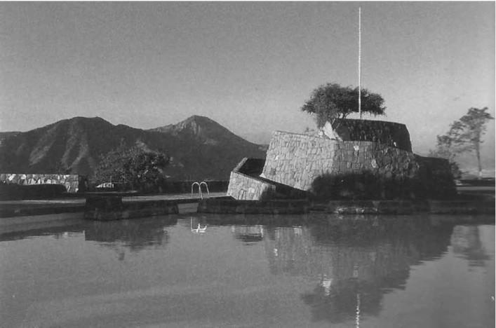 """Clásicos de Arquitectura: Piscinas del Cerro San Cristobal: Antilén - Tupahue / Carlos Martner, Antilén . Image Imagen vía Eliash; Laborde. """"Carlos Martner: Arquitectura y Paisaje."""""""