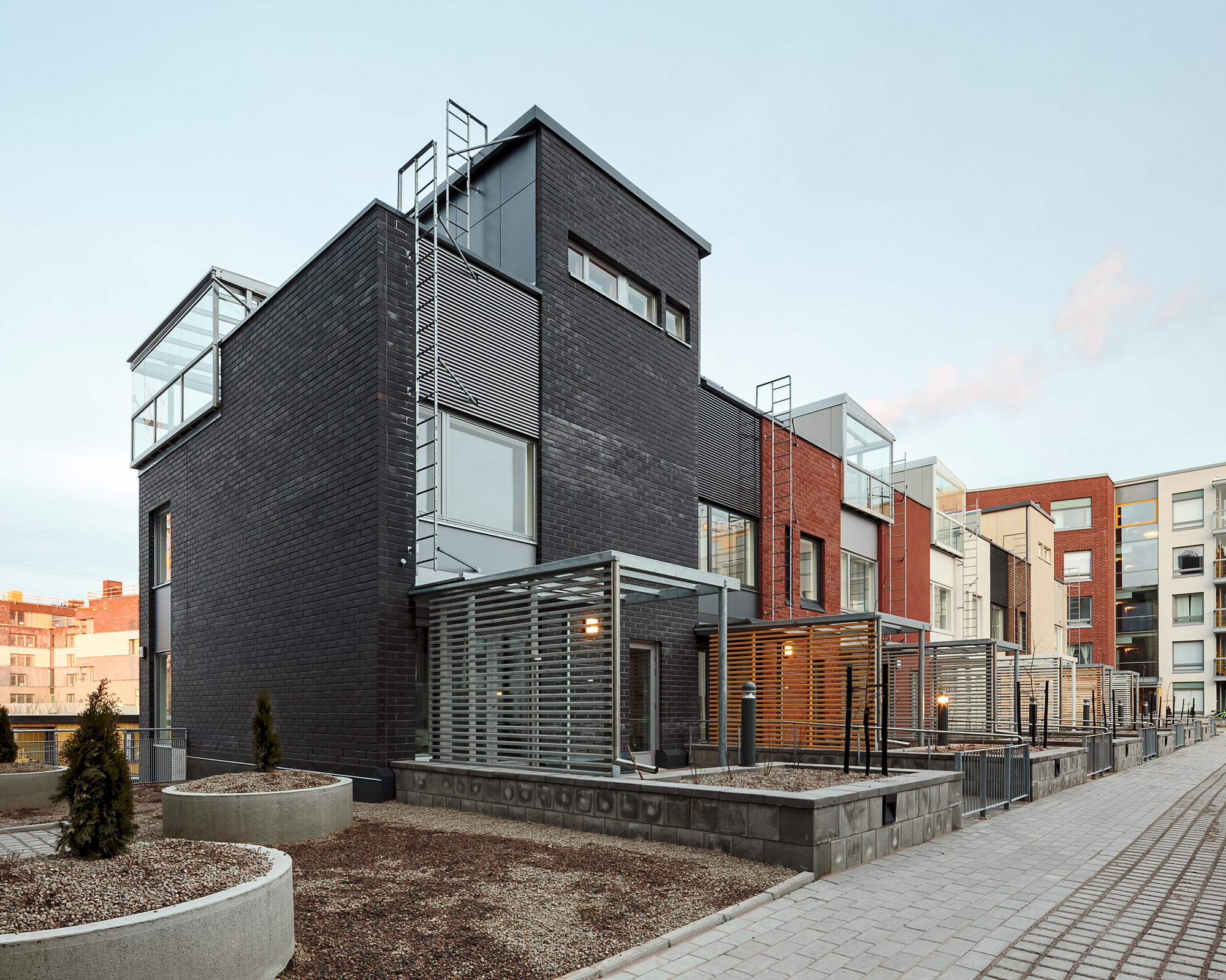 Kalasataman Huvilat Townhouses / PORTAALI architects Ltd + ArkOpen Ltd, © Photos Tuomas Uusheimo