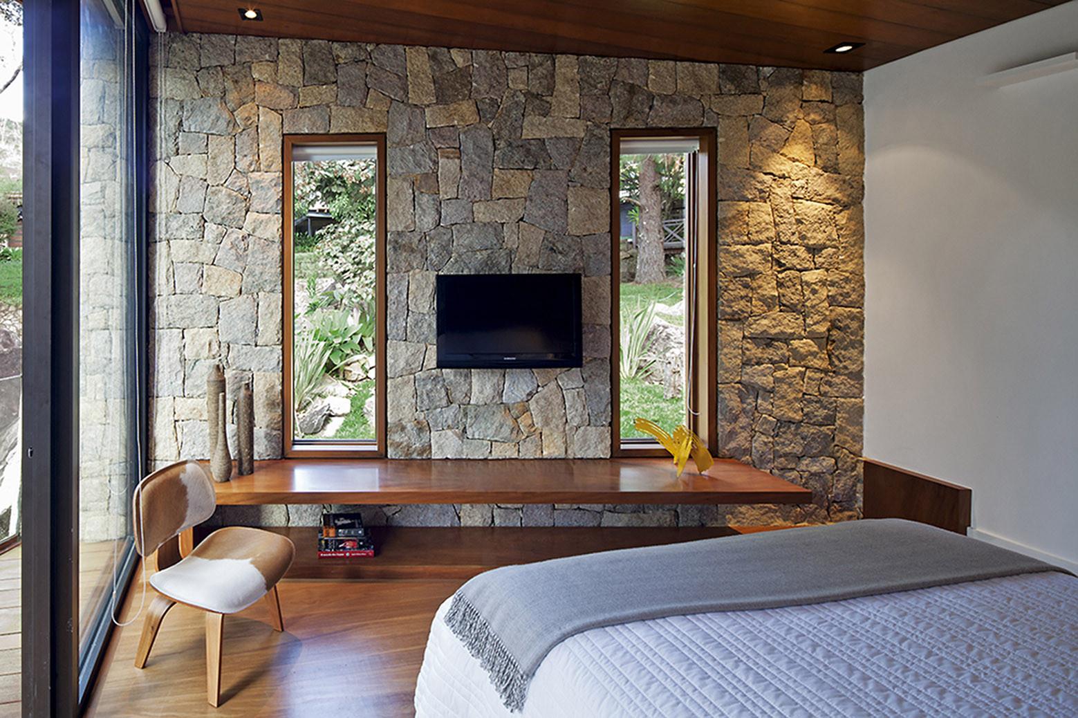 Galeria de recanto do escritor architectare 7 - Parete in pietra camera da letto ...