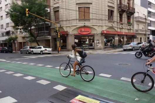 Buenos Aires: Aplicación permite denunciar a los automovilistas que obstruyen ciclovías y veredas, © Ciclovía en el centro de Buenos Aires. © alexk100_part2, vía Flickr.
