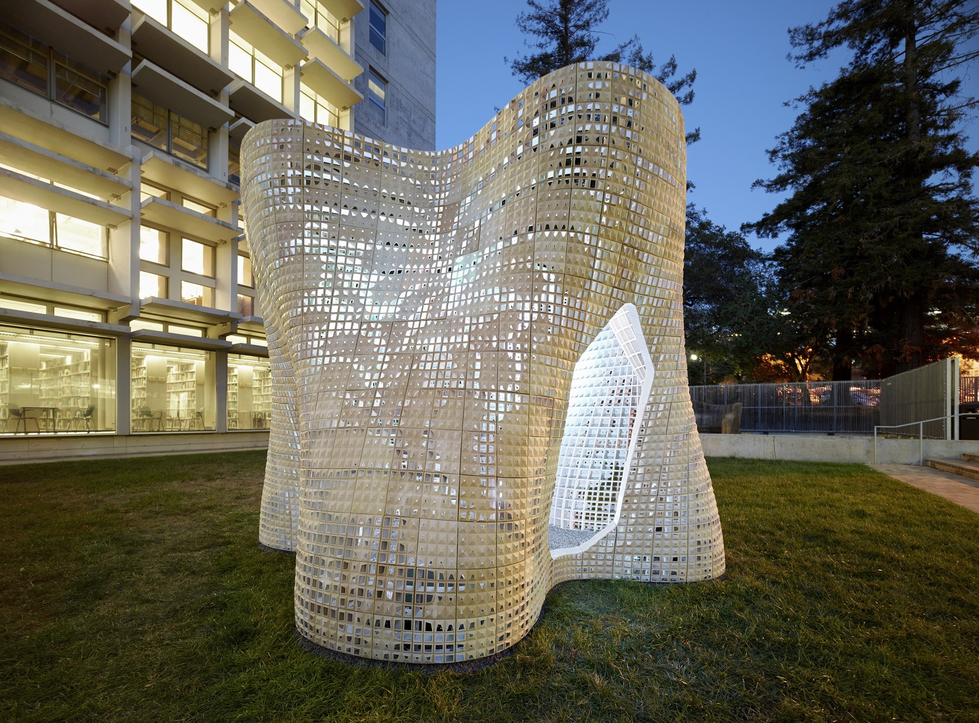 "Emerging Objects Creates ""Bloom"" Pavilion from 3D Printed Cement, © Matthew Millman Photography"