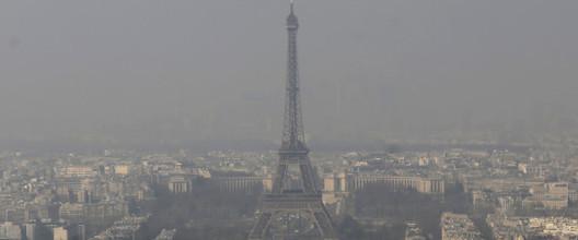 Torre Eiffel durante pico de poluição atmosférica. ImageVia Brasil Post