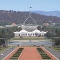 Una vista del antiguo y provisional edificio del Parlamento frente a la solución definitiva del 1988. Imagen ©  Brenden Ashton