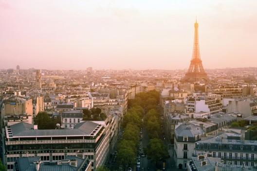 França aprova lei que obriga novas edificações a terem vegetação na cobertura, Paris. Cortesia de Shutterstock