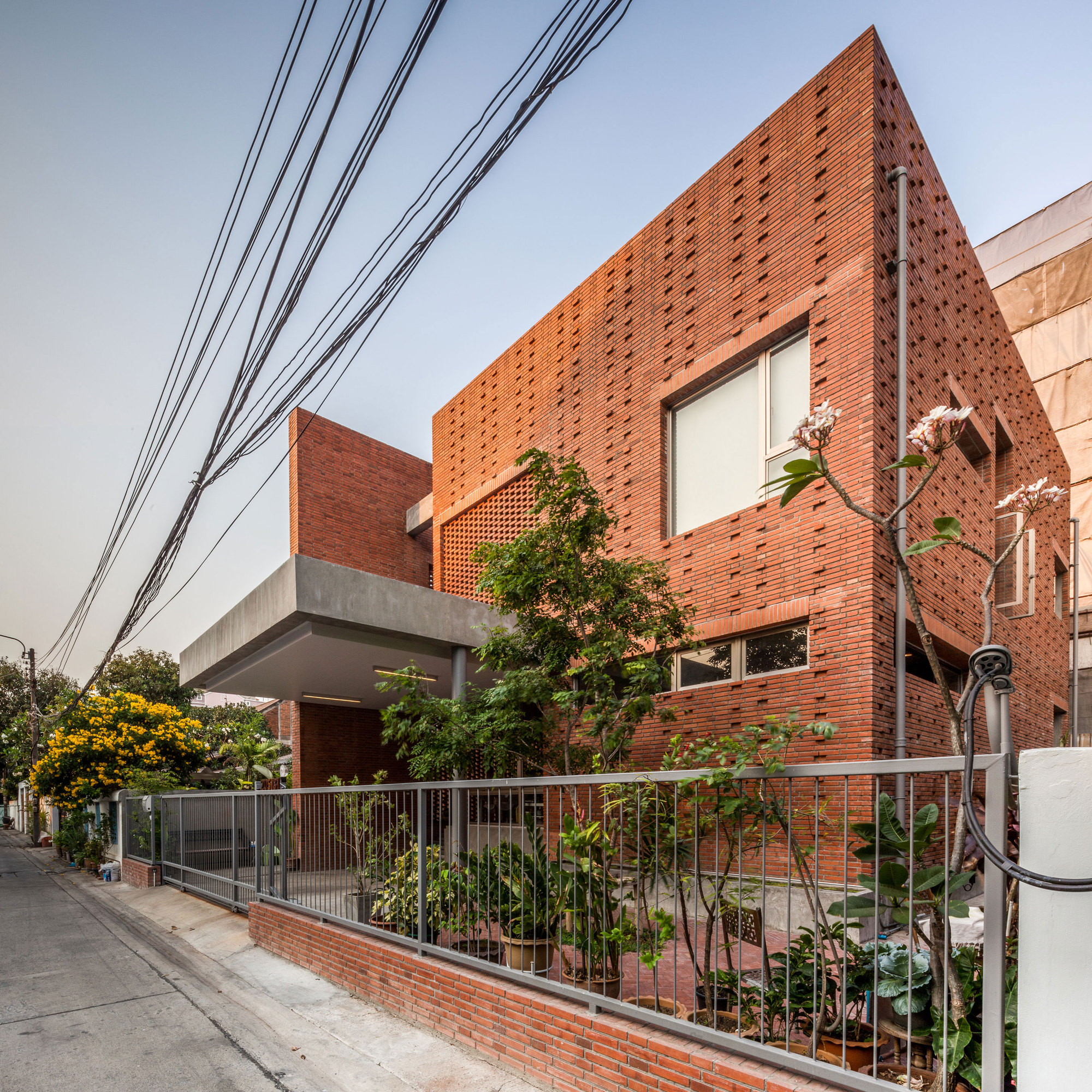 Ngamwongwan House / Junsekino Architect And Design
