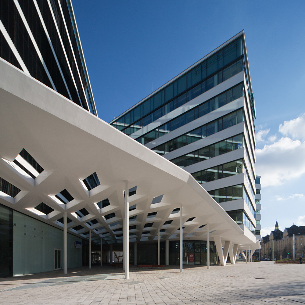 K4 office building 3h architecture archdaily for Nice building images