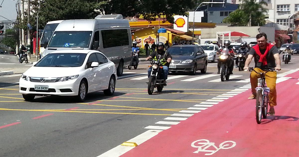 São Paulo poderá ter mais de 1.500km de ciclovias até 2030, Ciclista pedala na ciclovia da Av. Vergueiro, em São Paulo. Image © Willian Cruz
