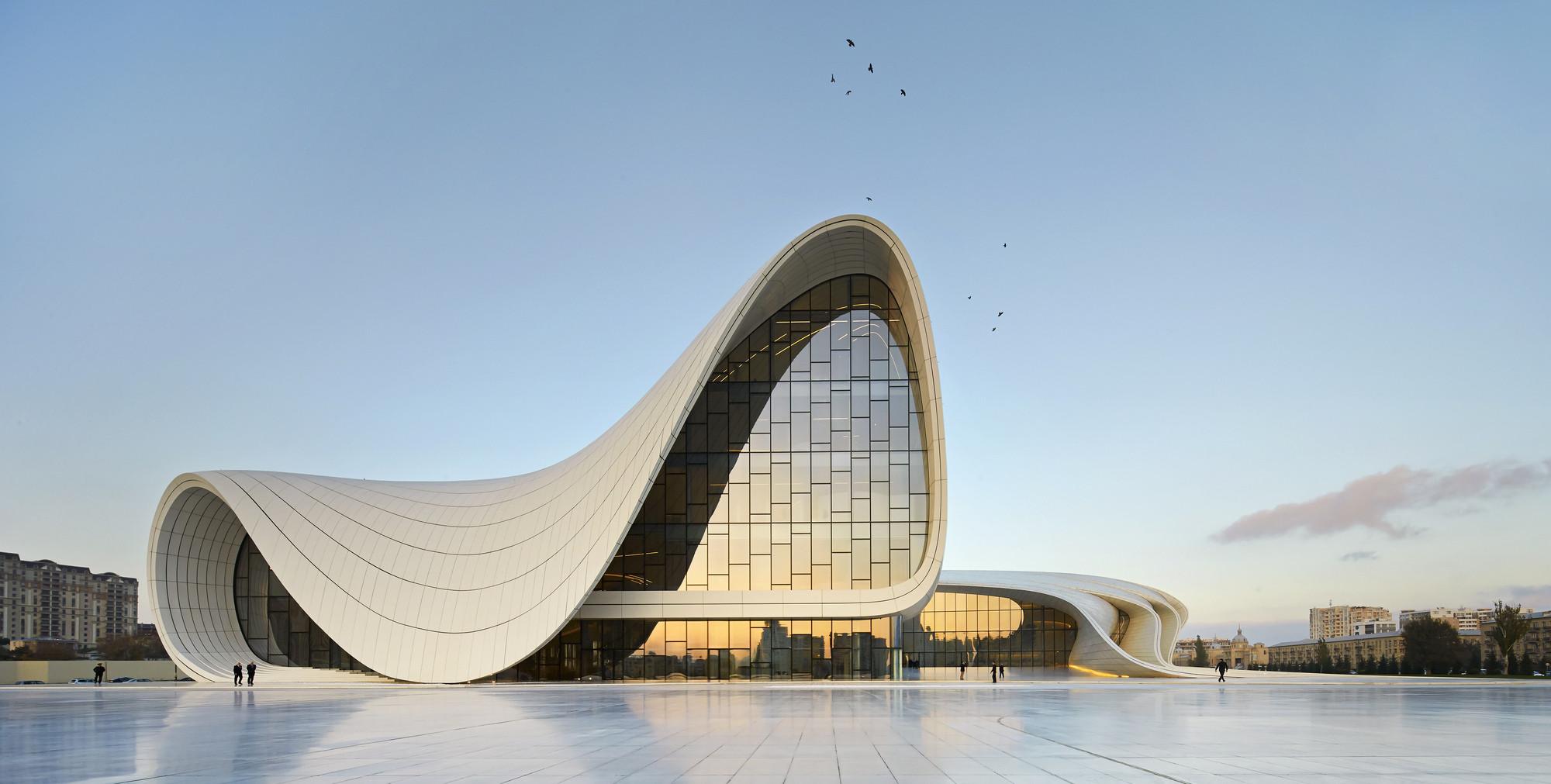 """Patrik Schumacher: """"A denúncia dos ícones e estrelas da arquitetura é superficial e ignorante"""", Heydar Aliyev Center de Zaha Hadid Architects. Imagem © Hufton + Crow"""