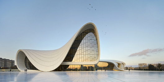 Heydar Aliyev Center de Zaha Hadid Architects. Imagem © Hufton + Crow
