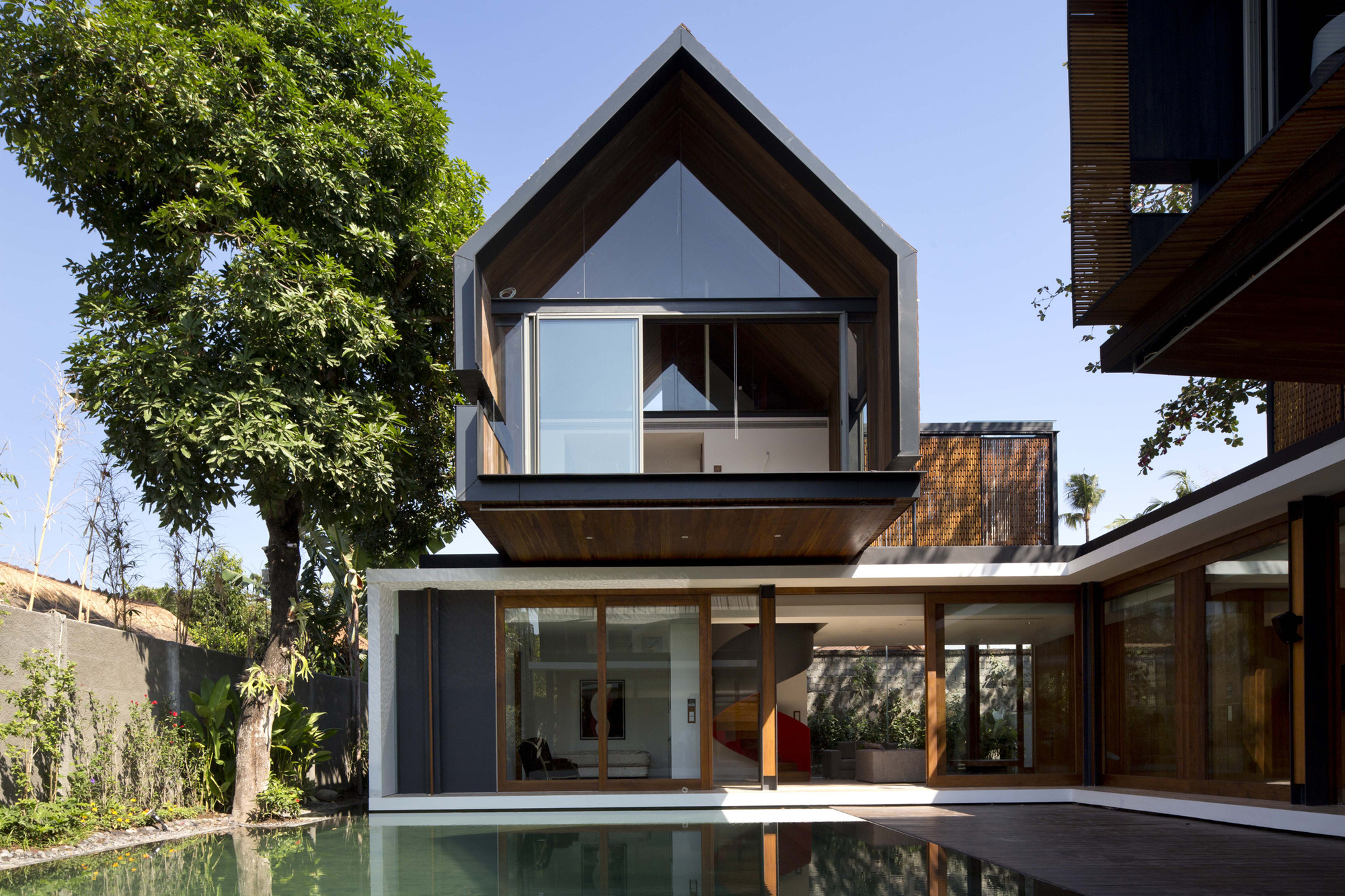 Svarga Residence / RT+Q Architects,  Albert Lim K.S.